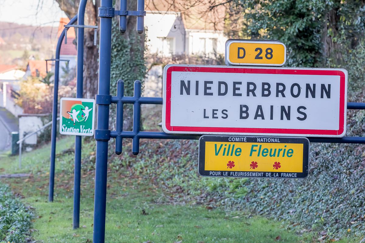 Panneau de Niederbronn les bains. A l'arrière plan on voit le panneau station verte